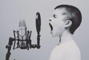 Vicini fastidiosi e pessima acustica? Risolvi il problema con queste soluzioni fonoassorbenti fai da te!