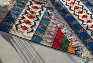 Stai acquistando un tappeto per casa ma credi che uno solo non sia sufficiente? Opta per il trend dei tappeti sovrapposti!