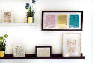 Hai mai pensato di disporre i quadri su una mensola anziché appenderli? Potresti decorare in questo modo diversi ambienti della casa!