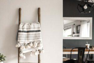 Una scaletta d'arredo può avere tante funzioni: ecco come sfruttarla in ogni ambiente della casa!
