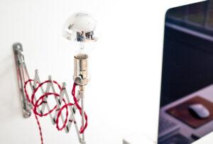 Ti serve un punto luce a parete ma non hai alcuna predisposizione? Evita qualsiasi intervento usando un'applique con spina!
