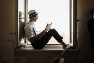 Vuoi dare una funzione in più ad un infisso esterno della tua casa? Guarda in quanti modi puoi creare una panca da finestra!