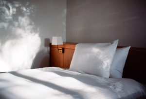 Hai una camera da letto poco spaziosa e non vorresti perdere nemmeno un centimetro? Potresti optare per una testiera contenitore!